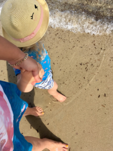 Working Mom Mutter mit Kind am Strand