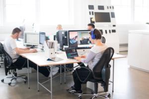 Mitarbeiter von Kommdirekt an einem modernen Arbeitsplatz